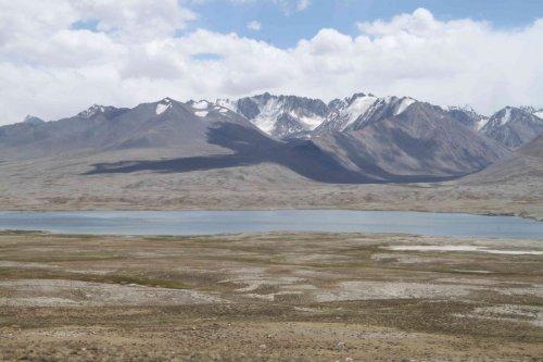 Lac Zorkul et l'Hindu Kush
